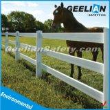 Белый черный столб загородки поля для скотин/овец/лошади