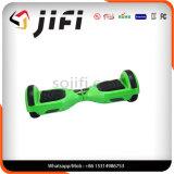 Individu de deux roues équilibrant le scooter électrique avec la musique de Bluetooth