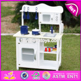 As crianças novas do projeto fingem o jogo de madeira branco W10c045W ajustado da cozinha do brinquedo do jogo