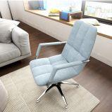 거실에 있는 팔걸이를 가진 메시 라운지용 의자