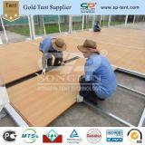 Tente claire d'usager de toit avec l'étage en bois et les flancs transparents