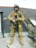 En el exterior de los hombres del ejército militar del Ejército de Painball uniforme verde