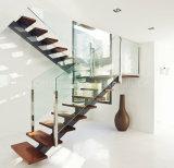 Escalera usada escalera recta del diseño moderno con las pisadas y la barandilla sólidas del roble