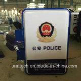 La police extérieure de supports publicitaires nettoie à l'aspirateur le signe thermoformé du plastique DEL