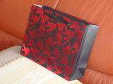 Compras de papel rojas de sellado ULTRAVIOLETA de encargo del oro/de la hebra de la fábrica que barnizan/bolso del regalo con la maneta,