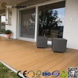 Plancher conçu pour la terrasse de jardin de garage