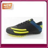 人の運動インドアサッカーのクリートのフットボールの靴
