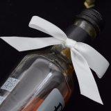 前作られるサテンのリボンの弓はワイン・ボトルの弓を曲げる