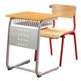 小学校の教室のSudentの机学生の椅子