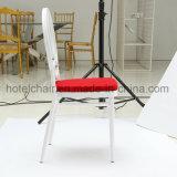 정원 가구를 가진 옥외 백색 의자 그리고 빨간 방석 고정되는 Chiavari 의자