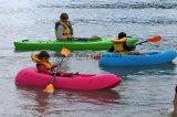 Aucun petit kayak gonflable pour le gosse ne se reposent sur le premier bateau d'aviron