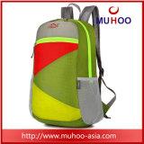 Le paquet de jour de hausse extérieur imperméable à l'eau plié de trekking folâtre le sac de sac à dos