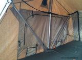 別館部屋が付いている道の屋根の上のテントのトレーラーを離れて