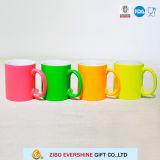 Tazza di ceramica variopinta per un regalo di compleanno