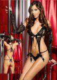 Las mujeres atractivas de malla metálica y la muñeca del cordón de la ropa interior