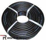 Ровный поверхностный черный резиновый шланг