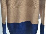 지퍼를 가진 긴 카디건이 겨울 남자에 의하여 뜨개질을 했다