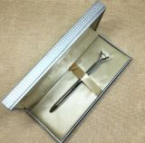 ボタンが付いている贅沢で黒い革印のペンのギフト用の箱