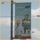 フラグのハングシステム(UNA80)を広告している金属の街灯ポーランド人