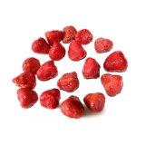 유리제 단지에 있는 통조림으로 만들어진 딸기
