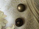 La queue à coudre les boutons en laiton de métal pour les uniformes