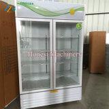 Один из стекла двери безалкогольный напиток холодильник