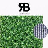 El paisaje de césped artificial sintético para decorar el jardín y hogar