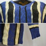 As mulheres formam a camisola listrada azul da V-Garganta