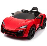 Paseo eléctrico de los niños en el coche del juguete con teledirigido