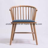 PU Farbicは現代北欧様式の木の椅子に直面した