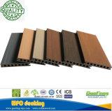 Decking/revestimento compostos plásticos de madeira tampados do composto WPC do projeto co-extrusão nova antiderrapante estratificada