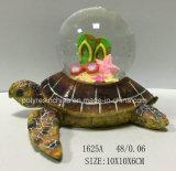 Harz-Ozean-Schildkröte mit Schnee-Kugel