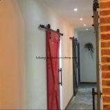 Deslizando portas de celeiro para a HOME com o clássico preto que desliza ferragens fixadas na parede