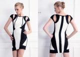 セクシーな肩のパーティー向きのドレスを持つShort Dress女性