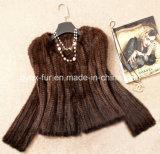 女性の編まれた短いミンクの毛皮のコート