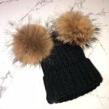 編まれたのどの毛皮POM Pomsの帽子の帽子