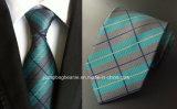 優雅な人および寛大なネクタイ