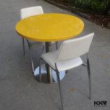 Hoher glatter fester Oberflächennahrungsmittelgerichts-Speisetisch mit Stühlen