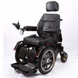 Luxus, der elektrischen Rollstuhl für Behinderte steht