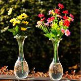 手によって吹かれる透過花のガラスつぼか水晶のつぼ