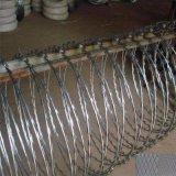 Galvanisierter Stacheldraht als schützender Zaun