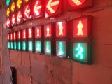 赤い及び緑のダイナミックな通行人の往来ライト