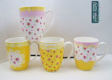 De zoete Roze Gele Ceramische Mok van Bloemen