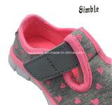 女の子の軽く柔らかい甲革が付いている偶然の連続したなまけ者の靴