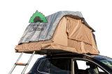 キャンプのための土地のトラックの屋根の上のテント上の4X4遠征