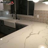 La cucina colorata digita a contro parti superiori di pietra artificiali il prezzo bianco del quarzo di Calacatta