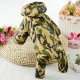 L'animal familier de camouflage vêtx la couche de pluie de crabot