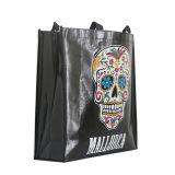 La grande capienza impermeabile nera tratta il sacchetto di acquisto del supermercato