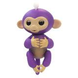 子供のおもちゃのかわいいFingerlingsの赤ん坊猿は電子スマートな手ペット猿のおもちゃをもてあそぶ
