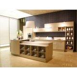真新しい島様式の木製の台所単位の食器棚